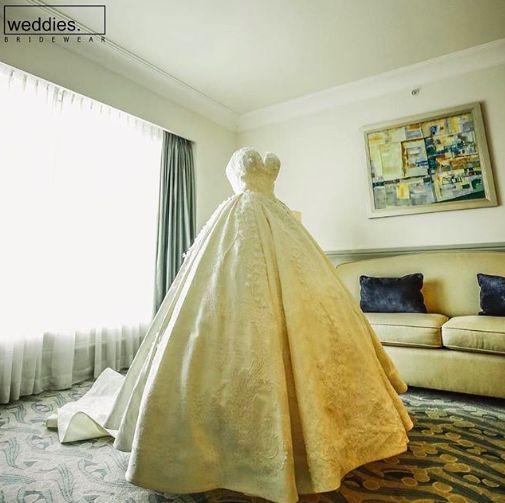 Özgün tasarımlarıyla gelin adaylarının hayallerini gerçeğe dönüştüren Weddies Bridewear, şimdi yeni modelleriyle sizleri mağazalarına bekliyor. ⭐️ Weddies Bridewear is now waiting for you in our showrooms with original designs that can transform the dreams of bride-to-be candidates into reality. ⭐️