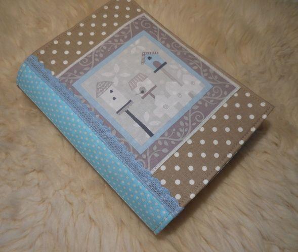 ..ptačí budky*OBAL* Obal na knihu,diář,sešit,blok......... Ušitý z béžové puntíkaté bavlny s krásným panelem , dozdobený krajkou Vnitřní část vzorovaná šedo bílá bavlna Vyztužený ronarem Rozměry: výška 23,5 cm , po rozložení 38 cm