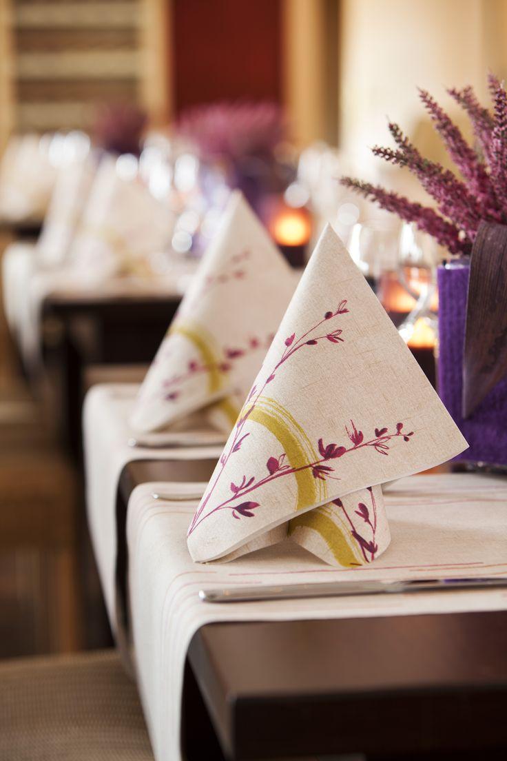 Lila ist die Farbe der Beruhigung. Wer möchte nicht entspannt sein Essen zu sich nehmen? Entdecken Sie jetzt die tollen Tischdekorationen mit den violetten Elementen für Ihr Gedeck. #Lila #Beruhigung #Tischdekoration #modern #Dekoelemente #Tischsets #Servietten #Herbst #Autumn #Kerzen #Teelicht #Hertie #Duni