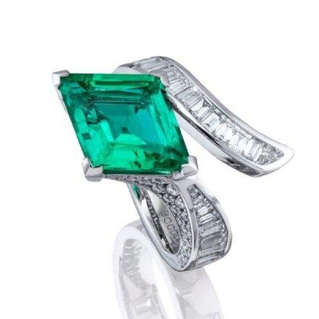 What a delectable 3.8ct Lozenge cut #emerald from @boodles1798 . Platinum set with baguette cut diamond crossover band and diamond profile. #fashion #jewellery #rare #British