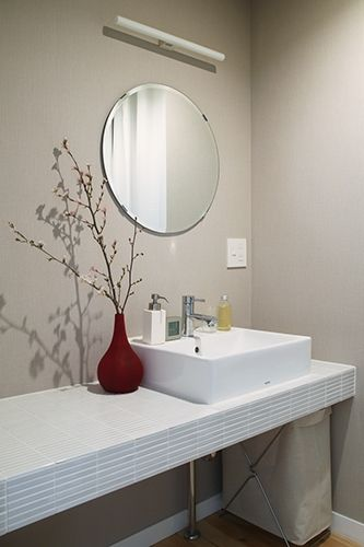 洗面/トイレ | 洗面台 「IPボーダーW」(名古屋モザイク工業)貼り。 壁 | 壁紙 壁はクロス(サンゲツ)貼り。 洗面/トイレ | 洗面ボウル 「ベッセル式洗面器〈角形〉L710C」(TOTO) 洗面/トイレ | 洗面水栓 シングルレバー混合栓「TLC31BEF」(TOTO) 洗面/トイレ | 鏡 「KOLJA」(IKEA) 電気/照明 | ブラケット・直付照明 「リネストラランプ」(MAXRAY)
