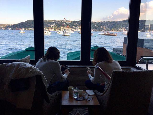 يلمسون قلبي أولئك الذين ينتبهون لتفاصيلي الصغيرة التي لا أنتبه أنا نفسي لها ويذكروني بها Istanbul Turkey تركيا اسطنبول البوسفور Snapcha Photo Windows