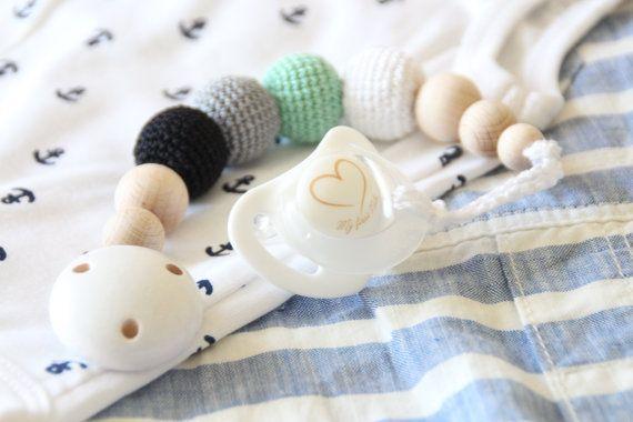 Baby Schnuller Clip / Dummy-Halter / natürliche und organische / Perlen sind sicher für Kinderkrankheiten  Dieser Schnuller Clip erfolgt aus natürlichen Materialien - hochwertige Holzperlen, hölzerne Clip, häkeln Perlen und Schnur häkeln. Perlen sind leicht, perfekt für Kinderkrankheiten. Während Ihr Baby diese Korne Kauen wird, werden sein/Ihr Zahnfleisch massiert werden.  Dies ist nicht nur ein Schnuller Clip, sondern auch ein schönes Kind-Kinderkrankheiten-Spielzeug! Pe...