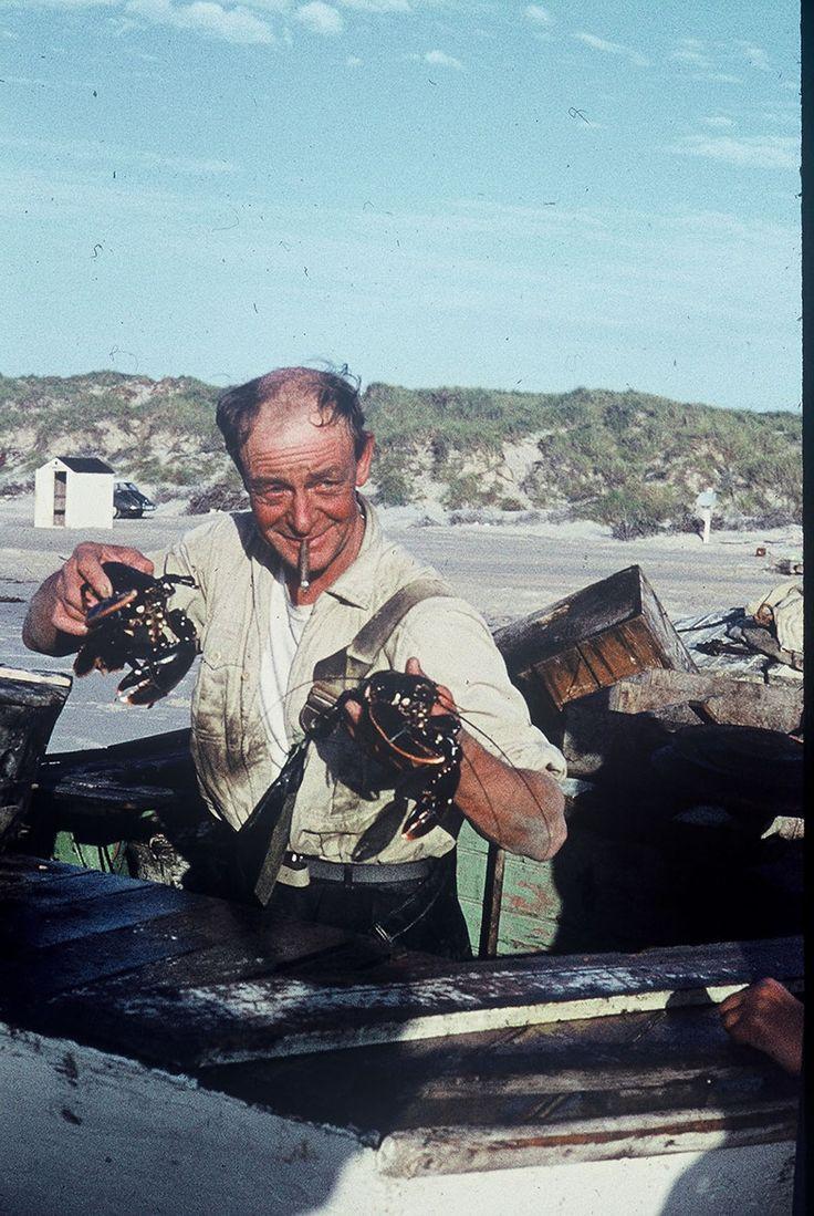 """Fisker og redningsmand.  Aksel Jensen Munch, almindeligvis bare kaldet Aksel eller Munch, blev født i 1909 på gården """"Engbjerg"""" ved Horne. Efter konfirmationen havde han, som skik og brug var, et par pladser på landet, men erkendte så at landbruget ikke havde hans store interesse.  Derfor købte han en brugt pram og lidt redskaber, så han kunne gå på havet for at tjene til føden."""