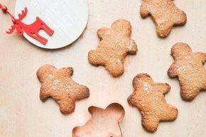 Ik maakte lekkere kerst koekjes met appelstroop. Door een leuk uitsteekvormpje te gebruiken creëer je deze schattige peperkoek-mannetjes.