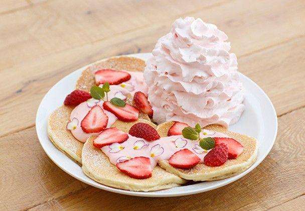 人気パンケーキ店「エッグスンシングス」に、日本上陸6周年を記念した「レアレアパンケーキ」が登場。2月15日〜3月31日までの期間限定で発売されます。