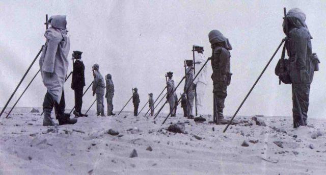 Les essais aériens d'Hammoudia :: Mannequins exposés avant un tir aérien