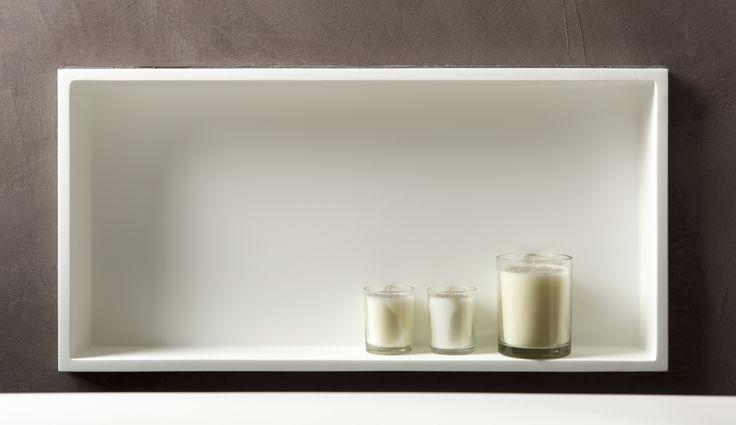 Heel handig: inbouwnissen in de wand bij het bad voor dat fijne badschuim en sfeervolle kaarsen.