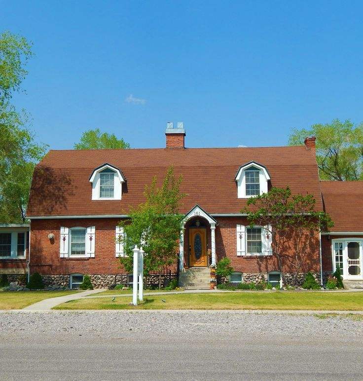 Dutch Colonial Luxury Homes: This Dutch Colonial Style Home Was Built In The 1930's By