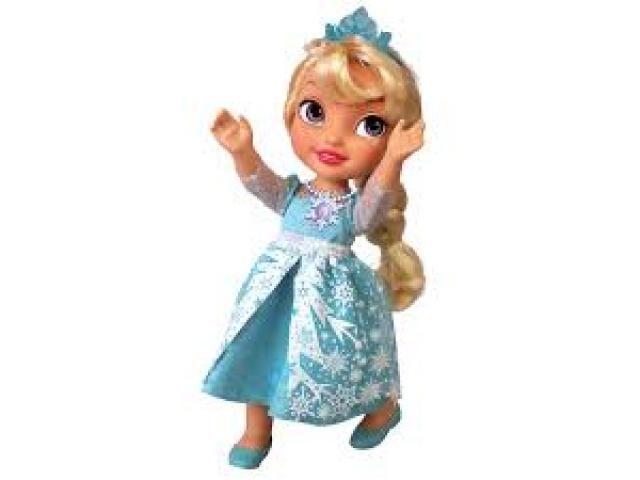 """A Boneca Princesa Elsa Cantora - Disney Frozen da Sunny foi desenvolvida com um lindo vestido semelhante ao da personagem! Basta apertar o colar em seu pescoço para que ela cante """"Let It Go"""", a música tema do filme. Seu vestido se acende, assim como seu colar, e ela brilha ao cantar a música em inglês e português!Acompanha um Olaf, um boneco de neve inocente e cheio de risos, a personificação do amor das irmãs Elsa e Anna! Sua fisionomi..."""