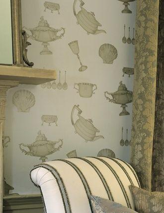 Tapet-kollektionen Imperial Wallpaper, The Mulberry Home Imperial Collection är inspirerat från de finaste engelska hantverkstraditionerna. Tapetmönstrena är designade utifrån det vackra dekorativa putsarbetet, förgyllning av material, träsnideri och parkettläggnig. Dessa tapeter garanterar att ge rummet en individualitet. Det subtila skenet av målad metall är vad so... 1080kr/rulle.