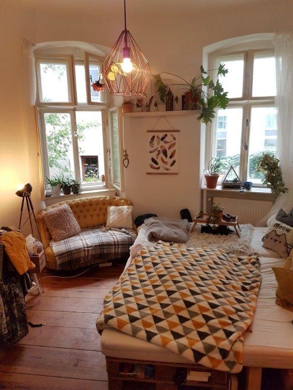 Ein Selbstgebautes Paletten Bett Eine Kleine Senfgelbe Couch