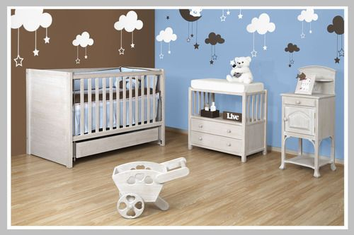 AMBIENTE BEBÉ LIVE Un ambiente calido y tierno en donde la decoración con vinilos de nubes y estrellas ayudan a los padres a enseñar a sus bebés la diferencia de lo que es el día y lo que es la noche. Los colores pasteles son una excelente opción para un bebé ya que sus ojitos se toman meses en enfocar su vista y en reconocer la gama alta de colores que existe. Hemos adecuado esta habitación de bebé con una cama cuna ideal para acompañarlo en su crecimiento, un cambiador clásico con…
