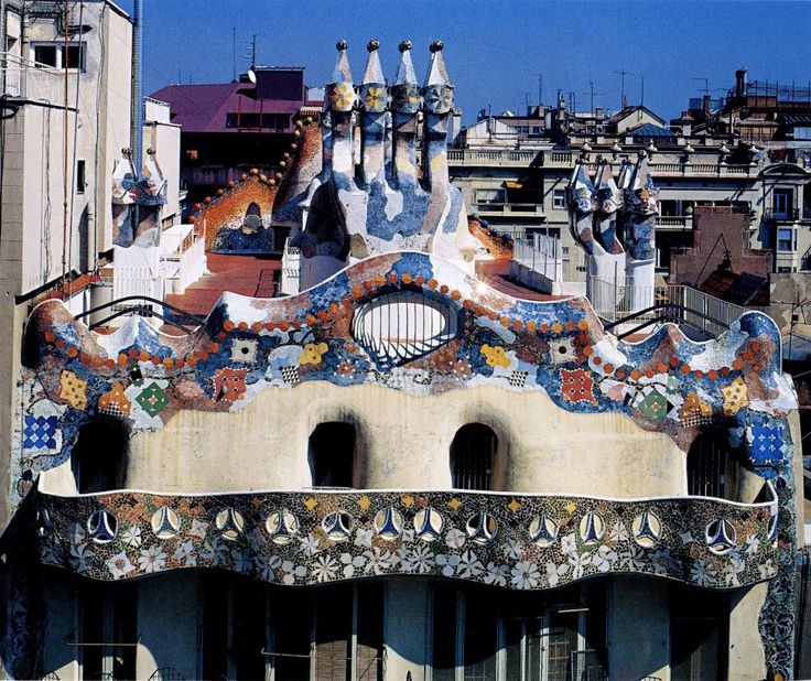 Clásicos de Arquitectura: Casa Battló / Antoni Gaudí. La Casa Batlló es un edificio obra del arquitecto Antoni Gaudí, máximo representante del modernismo catalán. Se trata de una remodelación integral de un edificio previamente existente en el solar, obra de Emili Sala Cortés.