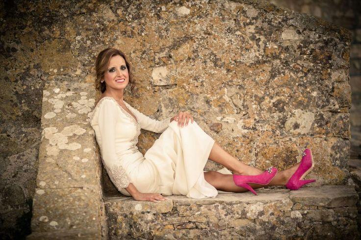 Guapísima #novia con #zapatos de salón con #plataforma en ante #buganvilla y #pedrería #bordada. #ZapatosDeNovia en tu #color favorito. #Bridal #outfit & #weddingshoes JorgeLarranaga.com