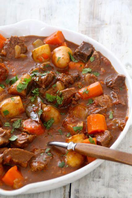 Verdens enkleste gryterett - ha alt i en gryte, kok det opp, sett det i ovnen og kom tilbake til ferdig middag et par timer etterpå.
