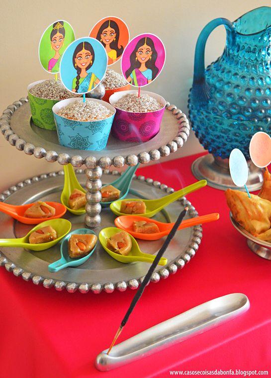 Porta-incenso num dos cantos do buffet. Nas colheres de degustação coloridas foi colocado a sobremesa principal, Soan Halwa, um doce de massa dura feito com amêndoas.e pistache.