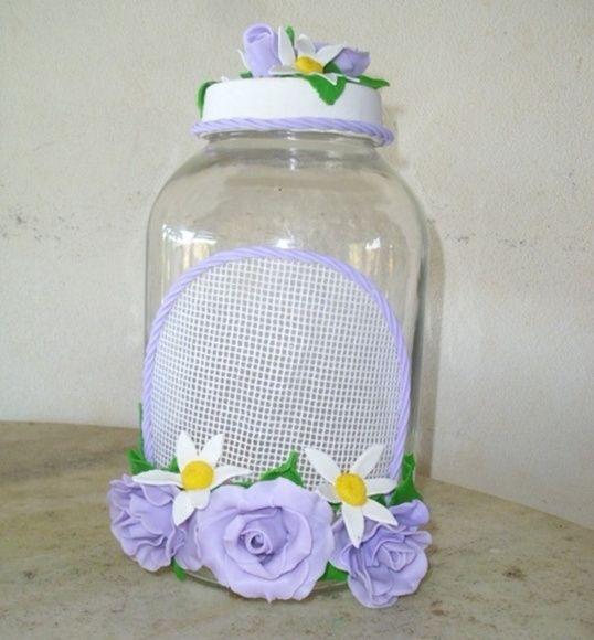 pote de vidro com capacidade para 2,5 litros , todo decorado com lindíssimas rosas de biscuit de cor lilás . Uma ótima opção para presentes. R$ 35,00