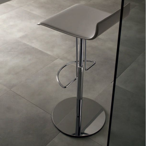 ClioAir This stool is elegant and looks good everywhere. You can put it at the counter of your kitchen or in your office, and it works even in a nightclub. The metal base adds a touch of modernity and elegance. All its materials are eco-friendly and high-quality.