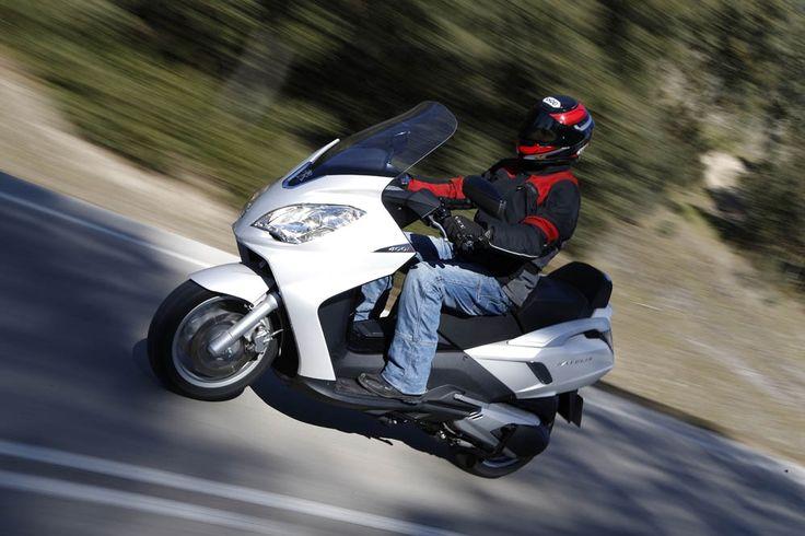 Imágenes de la prueba del maxiscooter de Peugeot, el Satelis | Motociclismo.es