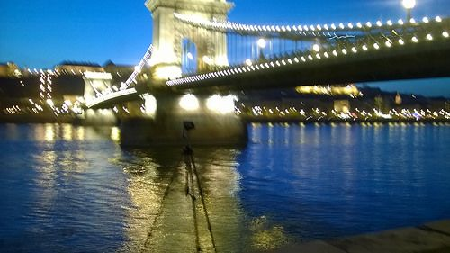 elárvult eszköz #Budapest #Duna #lánchíd #night #Duna