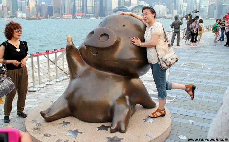 Estatua del cerdo McDull, en la Avenida de las Estrellas de Hong Kong.