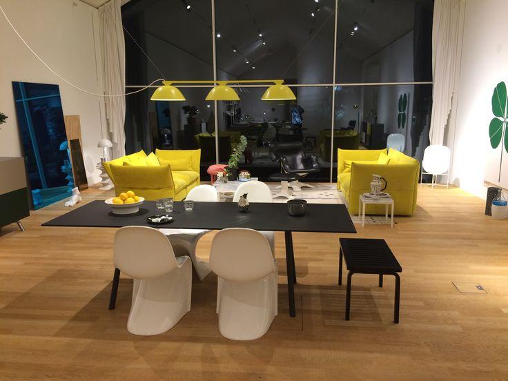 Ess- und Wohnbereich u.a. Panton Chair von Verner Panton, 1999; Mariposa Sofa von Edward Barber & Jay Osgerby, 2014, Vitra
