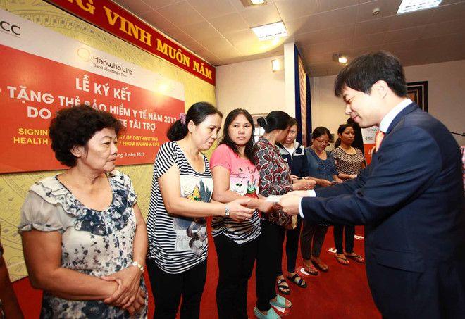 Hanwha Life Việt Nam sẽ tặng hơn 9.500 thẻ bảo hiểm cho người nghèo trong 2017