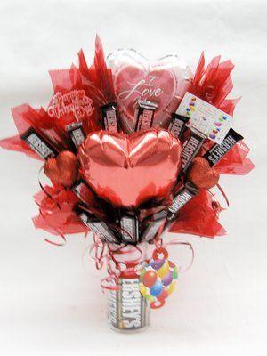 Diversão Grupo 2 balões e doces Hershey Bares Bouquet (Tema do Dia dos Namorados) - $ 34,99