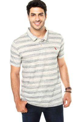Camisa Polo Reserva Deserto Off White, listrado com bordado da marca, modelagem reta, mangas curtas e botões no peitilho.Confeccionada em malha 73% Algodão/ 27% Poliéster. Medidas: Ombro: 16cm/ Manga:23cm / Tórax: 108cm/ Comprimento:75Cm / Tamanho: MMedidas do Modelo: Altura: 1,83m / Tórax: 99cm / Manequim: 40.