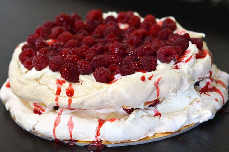 Pavlova cake with raspberry