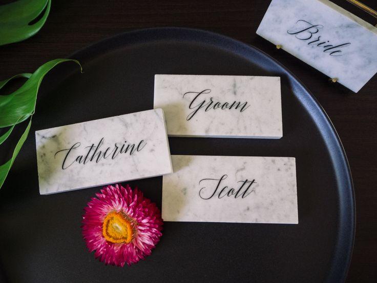 Carte di nome luogo di nozze in marmo Carrara di StoneandCoHomewares su Etsy https://www.etsy.com/it/listing/480154926/carte-di-nome-luogo-di-nozze-in-marmo