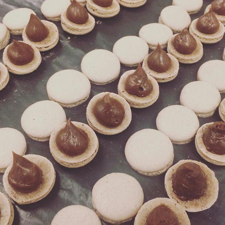 Mini gotas de chocolate! Hummm... #maymacarons #macarons #minimacarons #nossosmacarons #eventos #casamento #mesadocafe