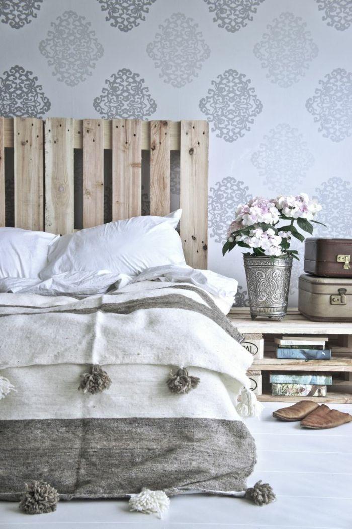 schlafzimmergestaltung europalette kopfteil bett silberne vase mustertapete schlafzimmer ideen. Black Bedroom Furniture Sets. Home Design Ideas