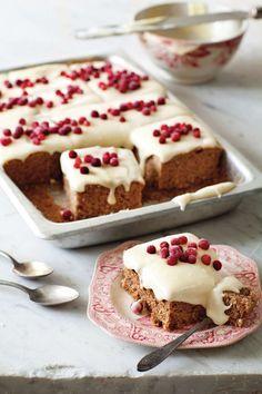 Bjud på vår lättlagade ljuvliga mjuka pepparkaka med len frosting och lingon! Foto Ulrika Ekblom.