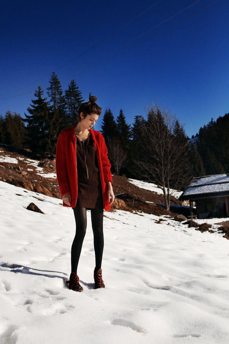 """Gilet 35 East rouge vif, robe Veruska en tissu """"Ecorce"""", boots Hook en cuir léopard."""