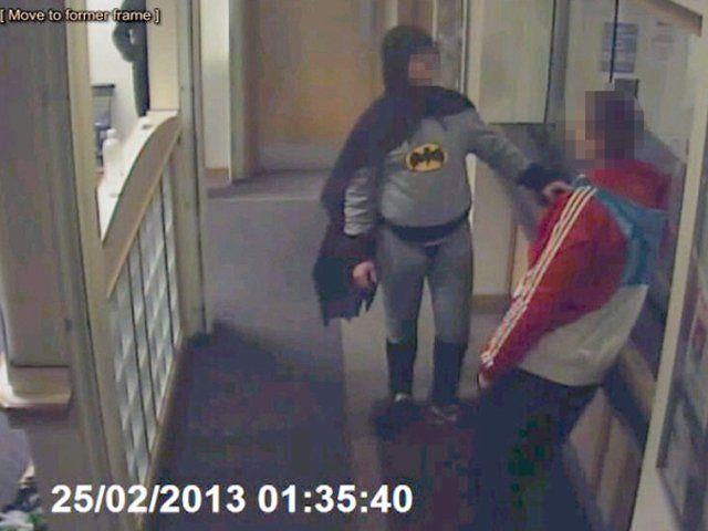 Hombre vestido de Batman entrega a delincuente - Cachicha.com