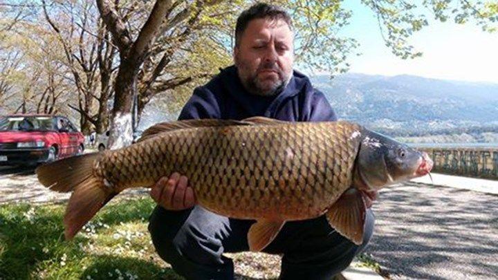 Έπιασε τεράστιο ψάρι στα Γιάννενα  ΦΩΤΟ