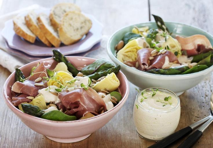 Aspargessalat med parmaskinke er en oppskrift på frisk salat med mange spennende ingredienser. Aspargis, artisjokkhjerter, parmaskinke og ristede solsikkefrø kan få hvem som helst til å drømme seg bort. I tillegg kan du lage en herlig dressing av hvitløk og creme fraiche til å servere ved siden av. Nam...