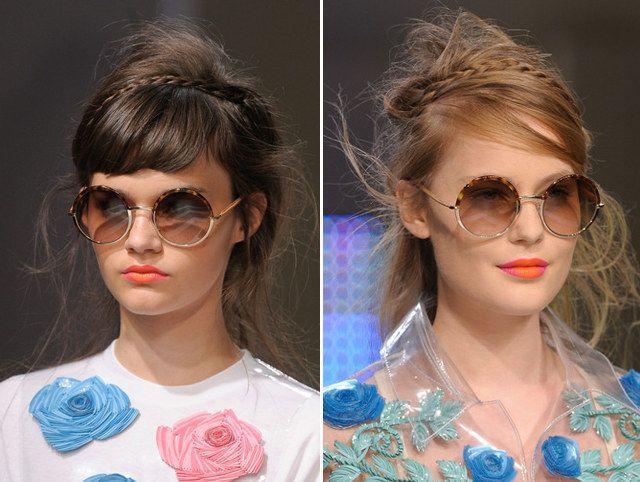 Trenzas finitas alrededor de un cabello desordenado y un flequillo peinado de lado:
