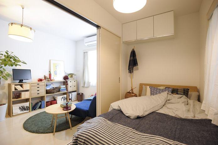 【暮らしといっしょ+無印良品+イデー】問題だった、わずか4畳のベッドルーム。ダブルではなく、セミダブルのベッドを採用することで、ちゃんと部屋におさまりました! ソファと同じブルー系のベッドカバーを使い、ナチュラルな色味のベッドを選んだことで、リビングと一体感が生まれています。建物に面していて光が入りにくい部屋ですが、明るく、リラックスできるベッドルームにまとまっています。
