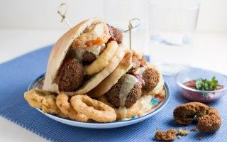 Panino con falafel, anelli di...