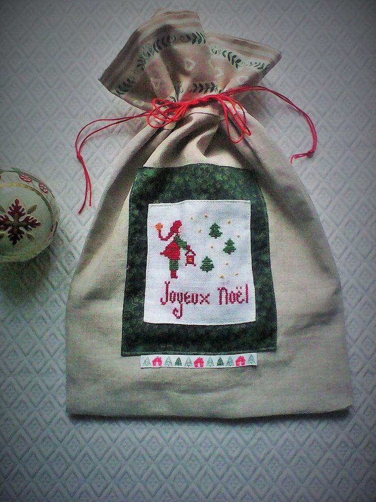Sac,pochette de Noël,brodée a la main sur lin,tissu de noël ,tons rouges,beiges et verts : Décorations murales par kate27