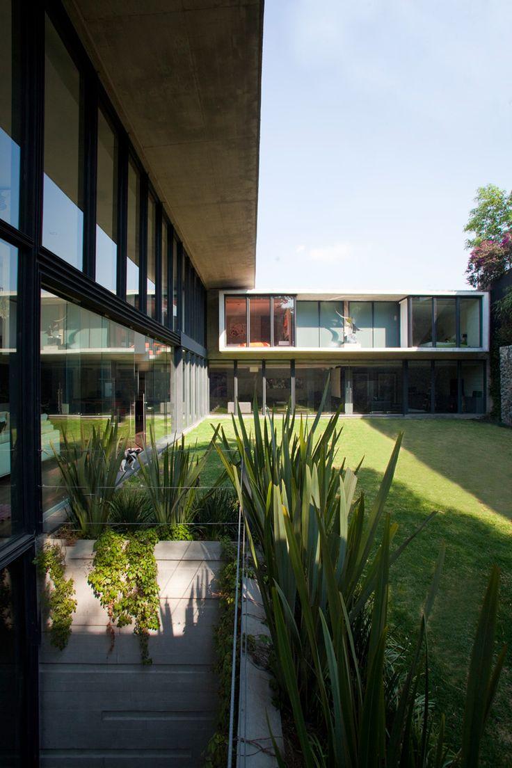 rumah dengan pekarangan luas dibelakang/disamping , banyak kaca memperlihatkan kesan terbuka dan natural. rumah idaman !