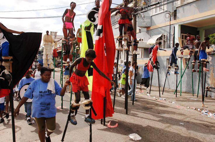 Karibik Trinidad Tobago Port of Spain Dragon Stelzenschule Karneval Einheimischer Kostuem Kostuemierung auf Stelzen laufen Keylemanjahro School of Arts and Culture Junior Parade 2007 Suedamerika Stelzen Karneval in Trinidad Carnival soziales Projekt tradi