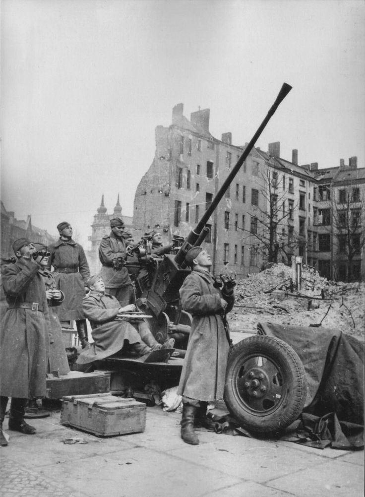 Расчет советской 37-мм автоматической зенитной пушки образца 1939 года (61-К) ведет наблюдение за воздушной обстановкой в Берлине.