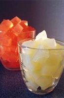 """10 cl de vodka 10 cl d' eau 20 grammes de sucre 2 grammes de gélatine en poudre 5 cl de sirop de cerise  • Réalisez la recette """"Glaçons de vodka"""" à la casserole.  • Mélanger les ingrédients et porter le tout à ébullition.  Laisser refroidir 2 heures dans des ramequins ou bacs à glaçons supportant la chaleur.  Démouler et/ou découper en dés. La gelée peut être conservée 24 heures au froid. • Servir dans un verre de type """"old fashioned""""."""