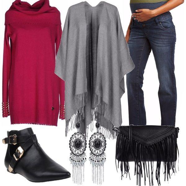 Per questo outfit: jeans premaman blu scuro, maglione lungo morbido fucsia, mantella grigio chiaro con frange, stivaletto basso nero, tracollina nera con frange e orecchini pendenti che riprendono le frange della borsa e della mantella.
