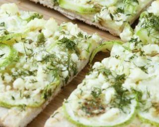 Pizza allégée aux pommes, chèvre, miel et basilic : http://www.fourchette-et-bikini.fr/recettes/recettes-minceur/pizza-allegee-aux-pommes-chevre-miel-et-basilic.html