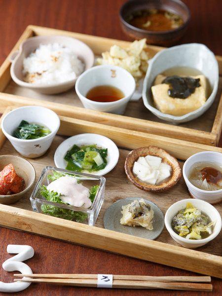 京都・大原産の無農薬野菜をたっぷり使った二段弁当「お昼のろろろ弁当(¥1,080)」が人気の和食店。1段目には、野菜づくしの8品の小鉢がずらり。例えば、ほうれん草のわさび和え、長芋しょうが漬け、新玉ねぎのみそ浸しのほか、豆腐と梅肉を混ぜてディップのようにかけた「わさび菜 梅絹かけ」など、女性好みのメニューも充実! 2段目は、かき揚げ、あんかけだし巻卵のほか、土鍋で炊いた無農薬の滋賀産「清流米」のごはん